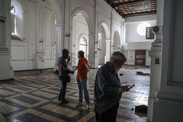 L'interno della chiesa profanata e depredata (Ansa'Ap)