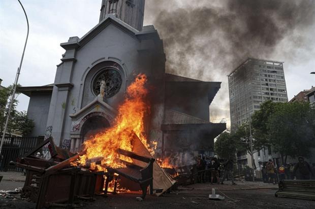 I banchi bruciati davanti alla chiesa de La Asuncion (Ansa'Ap)