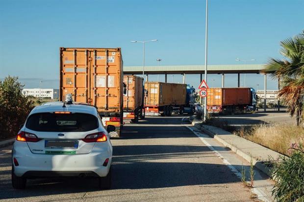I quattro tir scortati da guardie giurate portano i container al porto (photo credit Kevin McElvaney)