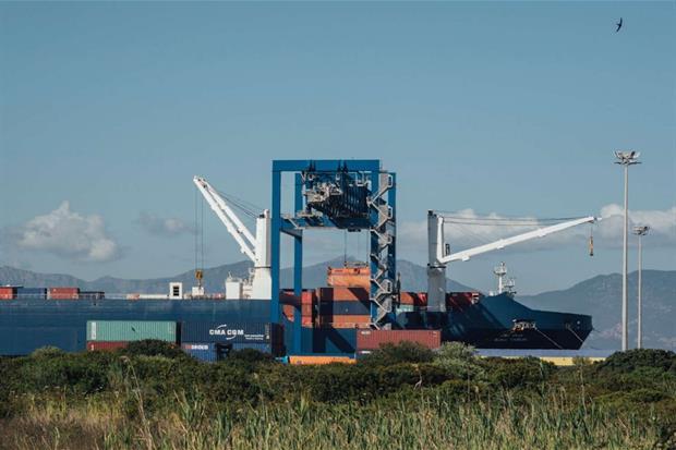 Le operazioni di carico dei container sulla nave mercantile saudita (photo credit Kevin McElvaney)