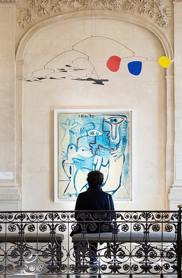 Dipinto di Picasso, «Coppia» (1970-71, Parigi, Centro Pompidou) e Calder, «Senza titolo» (1956, © Calder Foundation)