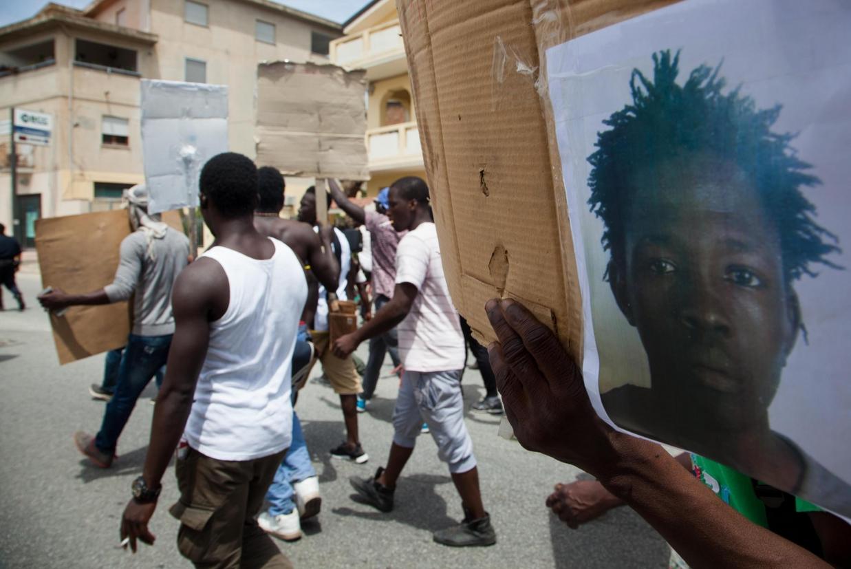 La protesta dei braccianti dopo l'omicidio di Soumaila Sacko, un anno fa (Ansa)