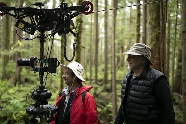 Edward Burtynsky con Jim Panou a nord di Port Renfrew, Vancouver Island, British Columbia ' TJ Watt, courtesy of Anthropocene Films Inc. © 2018