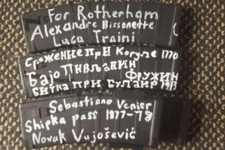 Un fermo immagine, tratto dal video con cui Brenton Tarrant ha rivendicato la strage, mostra i caricatori delle mitragliatrici con i nomi di autori di stragi razziste (Ansa)