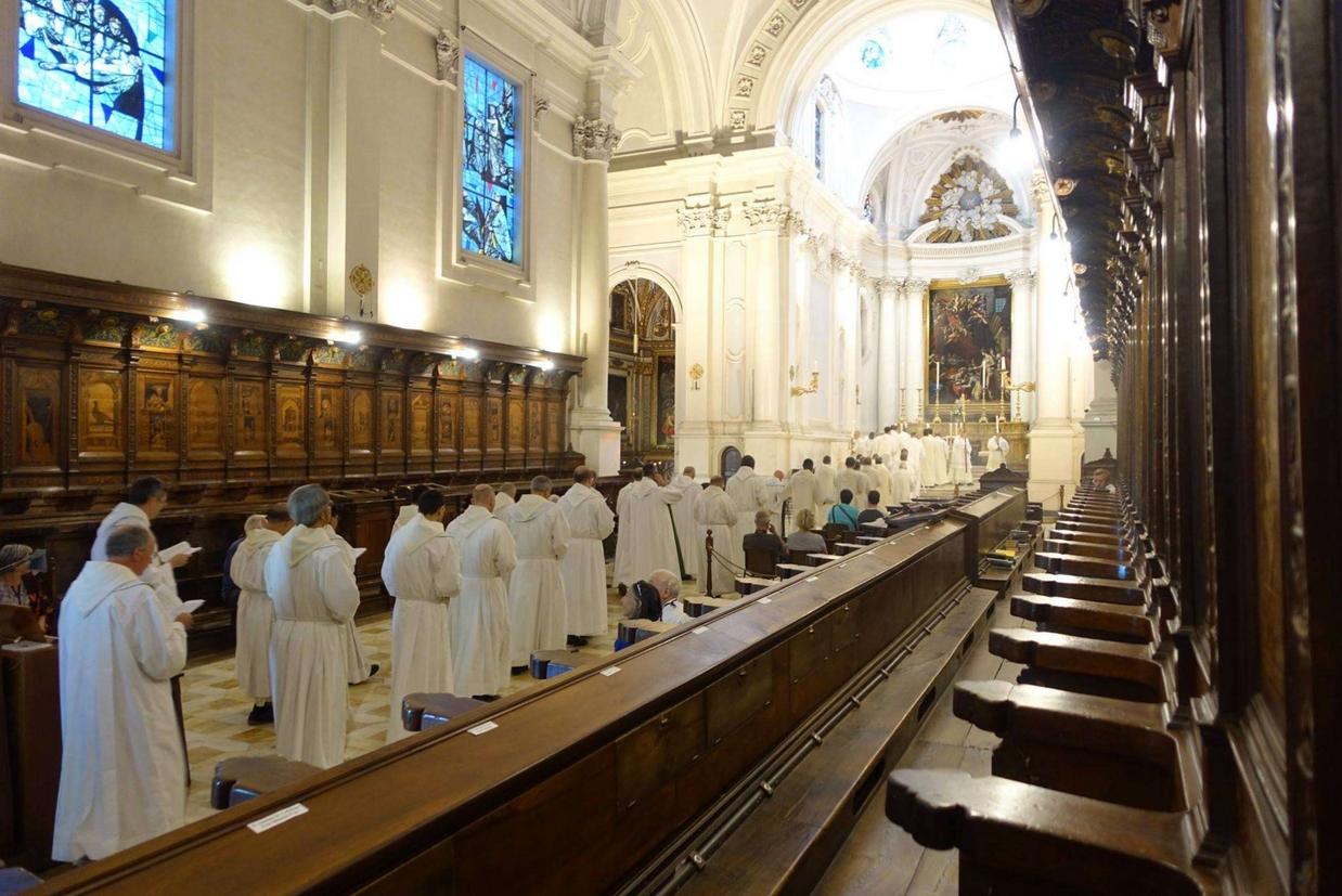 I monaci nella chiesa dell'abbazia di Monte Oliveto