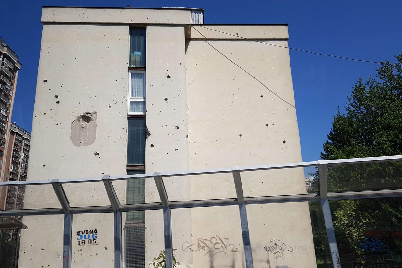 Uno dei condomini in Bosnia che ancora portano i segni della guerra