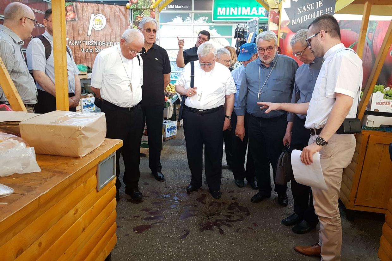 Il cardinale Bassetti davanti alla «rosa del dolore» che ricorda il massacro al mercato Markale di Sarajevo