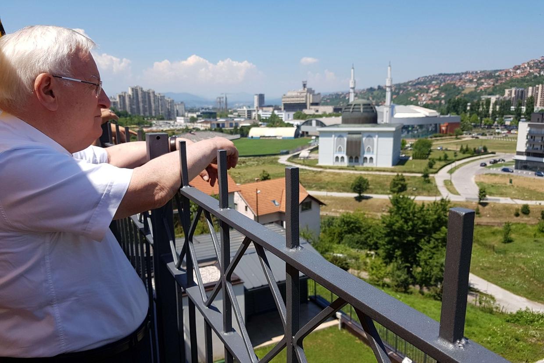 Il cardinale Bassetti di fronte a uno scorcio di Sarajevo