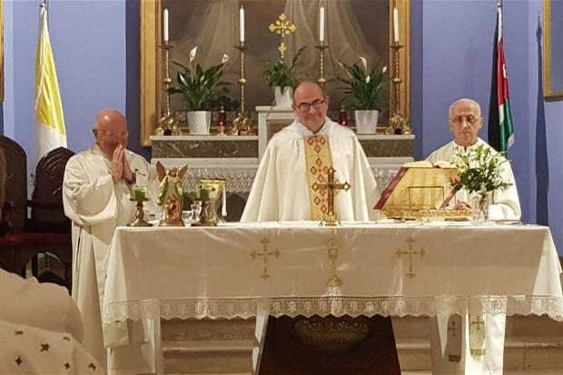 Don Mario Cornioli durante una concelebrazione Eucaristica ad Amman