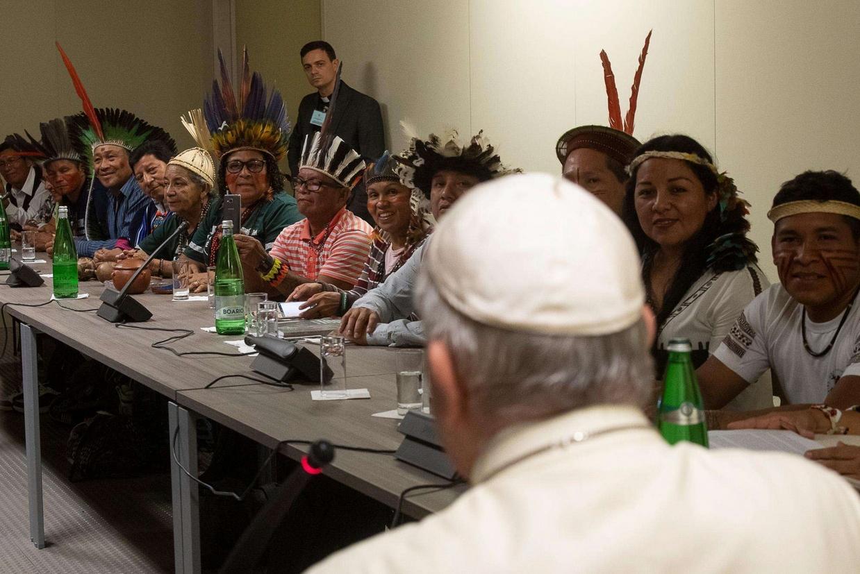 Il Papa con gli indios al Sinodo (Ansa)