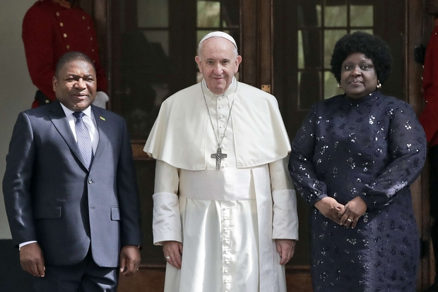 Il Papa con il presidente del Mozambico (Ap)