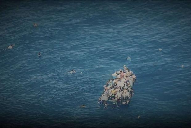 Nella foto il gommone avvistato dall'aereo Colibrì della Ong Pilotes Volontaires, con almeno 80 persone a bordo. In acqua si vedono già corpi, mani e braccia di persone migranti che stanno affogando. Si teme che ci possano essere molte vittime, a seguito di questo naufragio (Twitter)