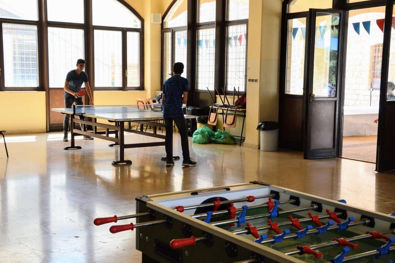 """I ragazzi mentre giocano a ping pong nell'oratorio dell'istituto dei salesiani """"Gesù Adolescente"""" a Nazareth"""