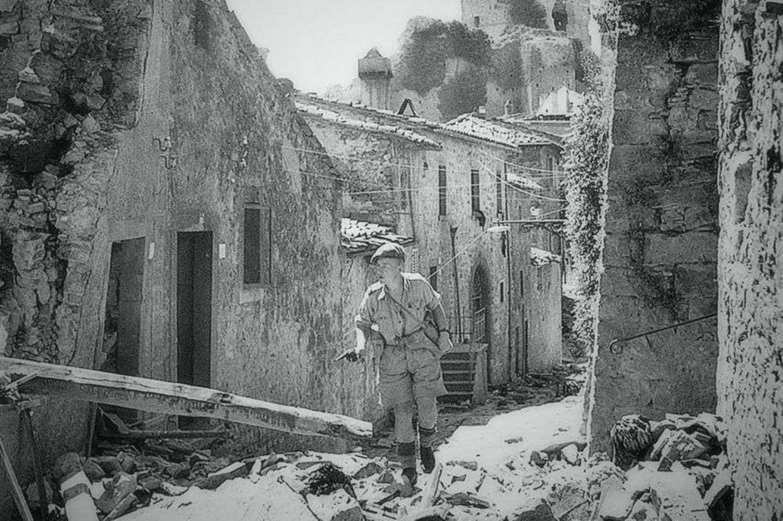Un soldato alleato a Civitella in Val di Chiana nei mesi successivi all'eccidio del 29 giugno 1944 (foto Archivio della memoria)