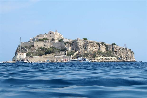 L'isola di San Nicola con il santuario di Santa Maria a Mare (Wikicommons)