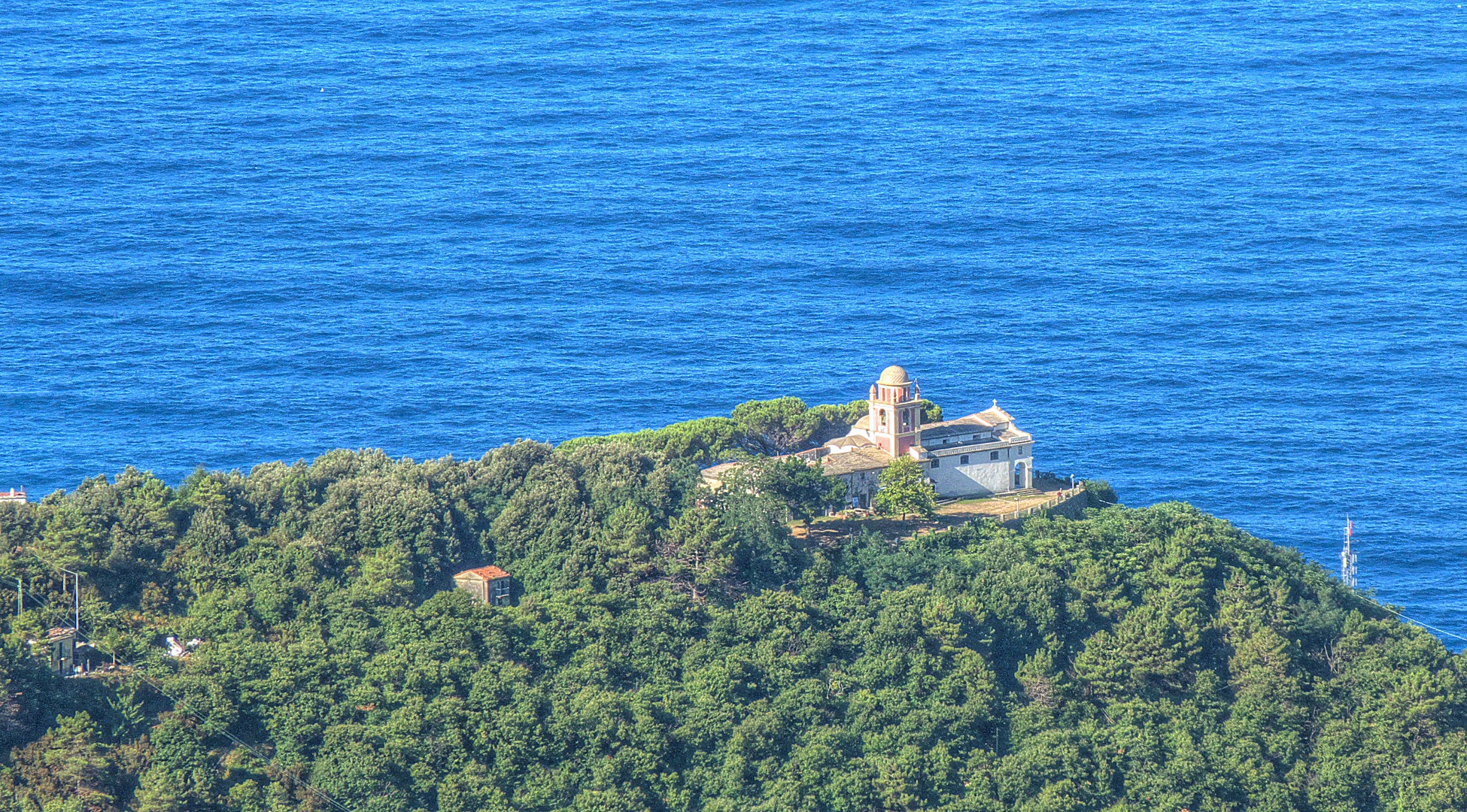 Il santuario di Nostra Signora di Montenero a Riomaggiore, nelle Cinque Terre (Terensky'Panoramio'Wikicommons)