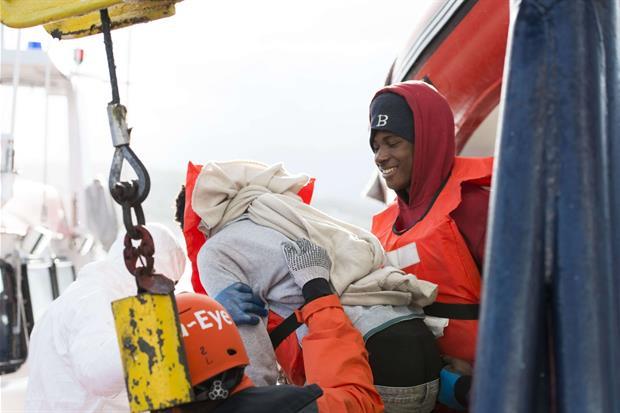 Una immagine del trasbordo dei migranti dalla nave Sea Eye (Alexander Draheim 'sea-eye.org)