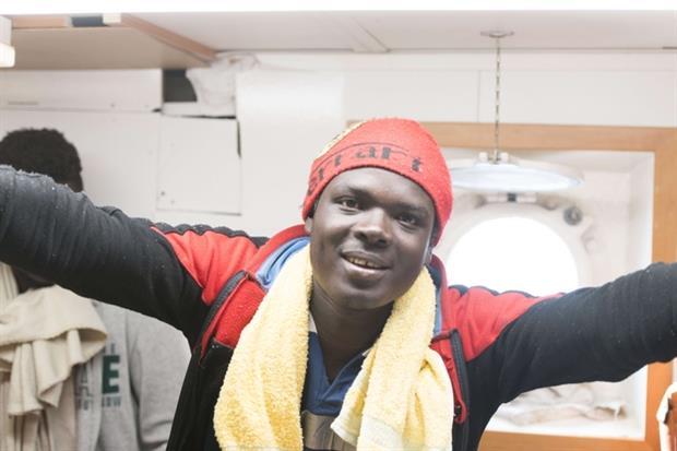 La gioia di un migrante all'annuncio che è stato raggiunto l'accordo per l'approdo (Alexander Draheim 'sea-eye.org)