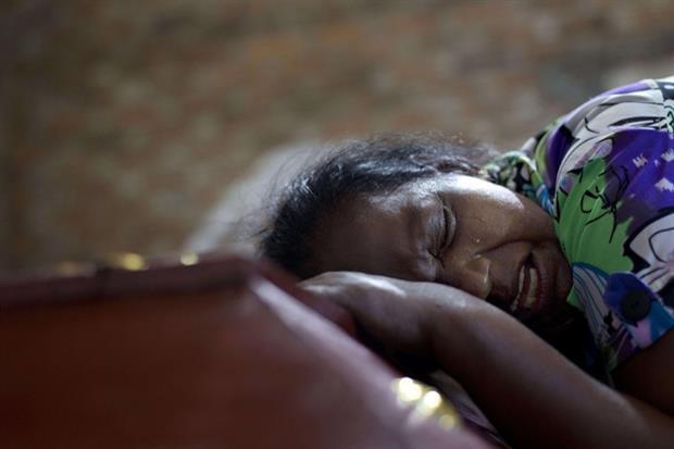 La nonna piange Sneha Savindi, 12 anni, uccisa nella chiesa di San Sebastiano a Negombo, mentre era in fila per ricevere la Comunione (Ansa)