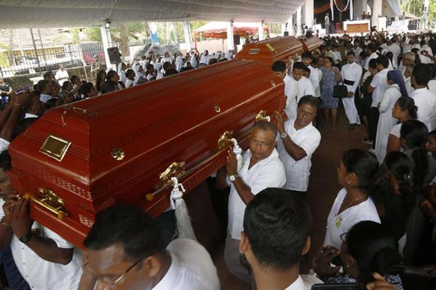 I funerali di alcune vittime a Colombo (Ansa)