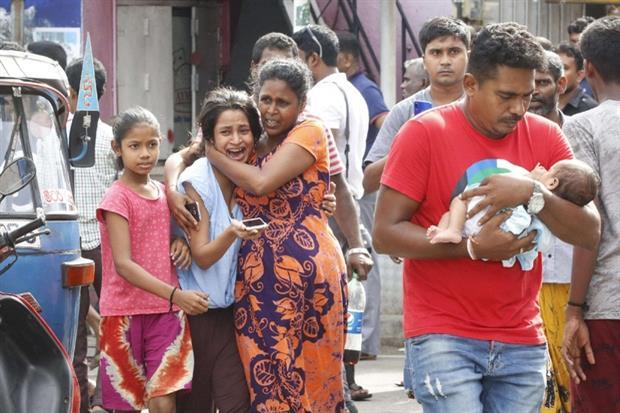 Il fuggi fuggi dei fedeli dopo l'esplosione di lunedì vicino alla chiesa di Sant'Antonio a Colombo (Ansa)