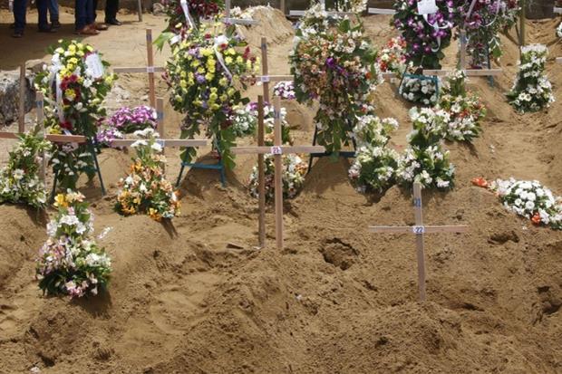 Funerale comune per numerose vittime di Colombo (Ansa)