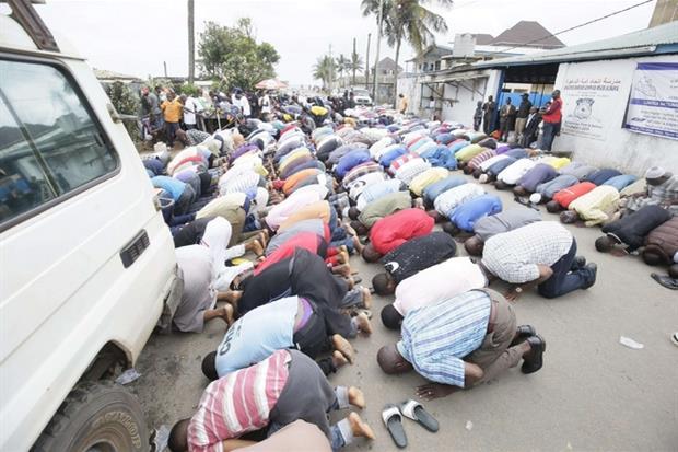 In preghiera ai funerali delle giovani vittime dell'incendio (Ansa)
