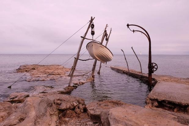 Istria, il mare di Salvore, le caratteristiche gru in legno e ferro per il rimessaggio delle barche (foto G. Matarazzo)