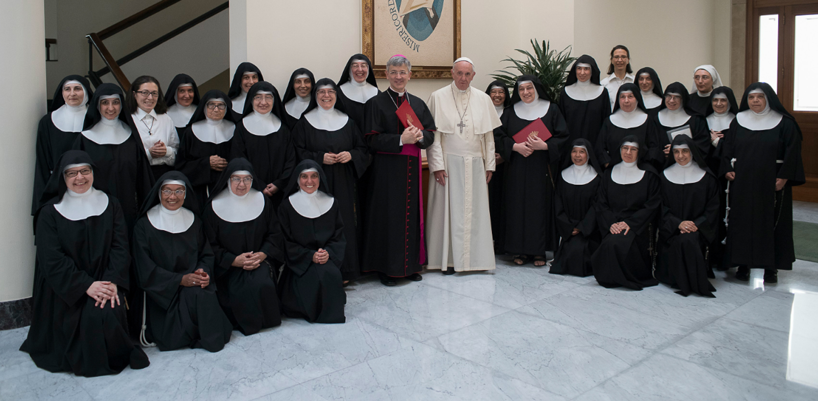 Il Papa con le suore e il vescovo di Foligno, monsignor Gualtiero Sigismondi (Vatican Media)