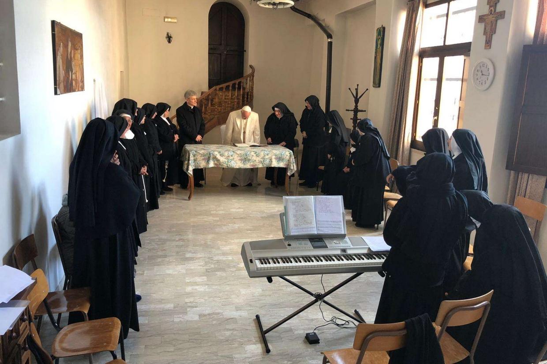 Papa Francesco in visita stamani alle suore di clausura di Spello (Vatican Media)