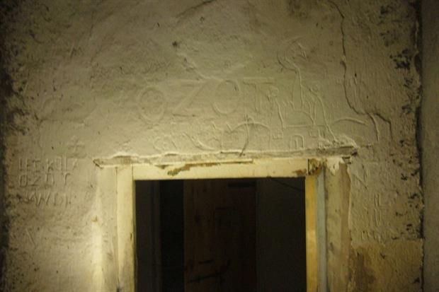 Graffiti realizzati dai prigionieri sui muri della prigione