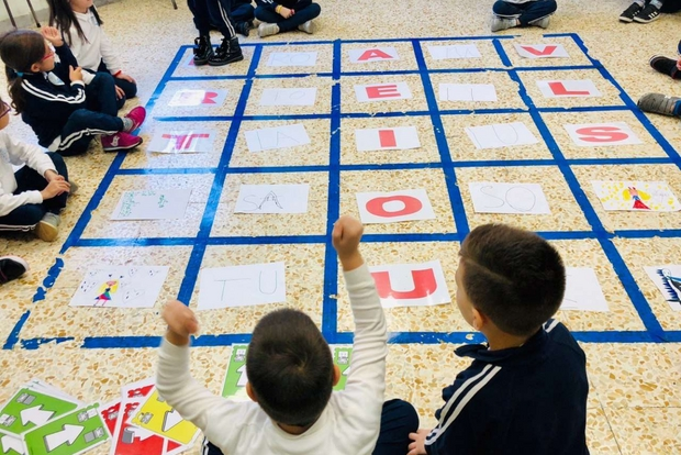 """Bambini praticano il coding in classe. Sono innumerevoli gli strumenti a disposizione: dalla piattaforma """"codemooc.org"""" dell'università di Urbino all'app Scratch, dai libri ai programmi di Rai Scuola"""