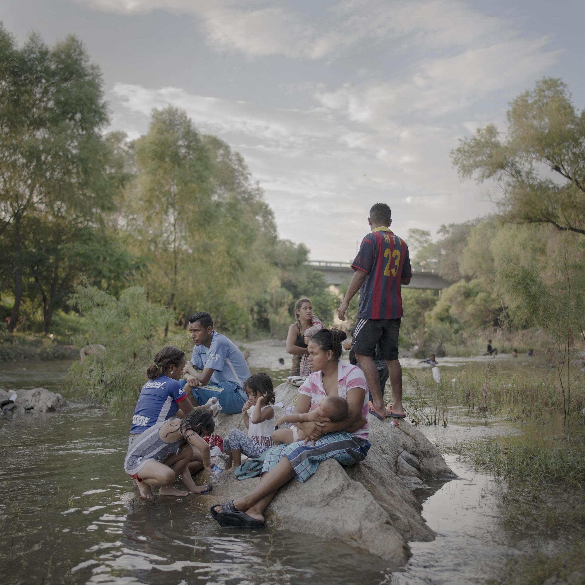 Una foto dalla storia 'La Carovana dei Migranti' di Pieter Ten Hoopen vincitrice del premio 'Storia dell'Anno 2019 al World Press Photo 2019 (Ansa)
