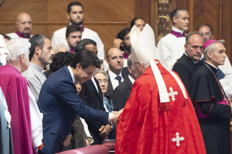 Il cardinale Re con il premier Conte durante i funerali del cardinale Silvestrini (foto Ansa)