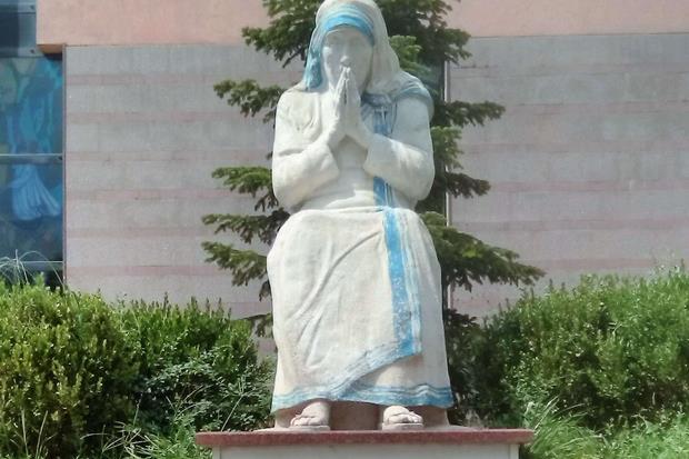 La statua di Madre Teresa fuori dalla Cattedrale