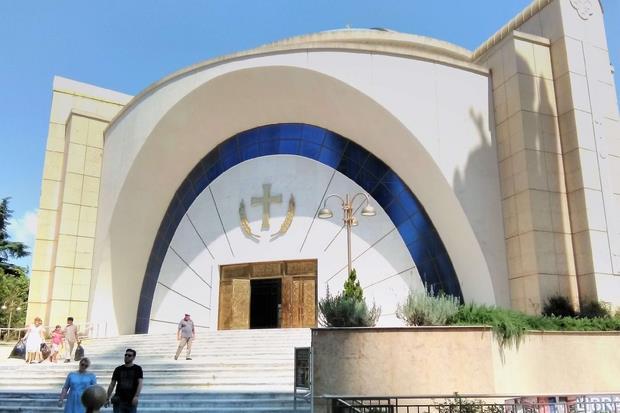 La facciata della cattedrale ortodossa di Tirana
