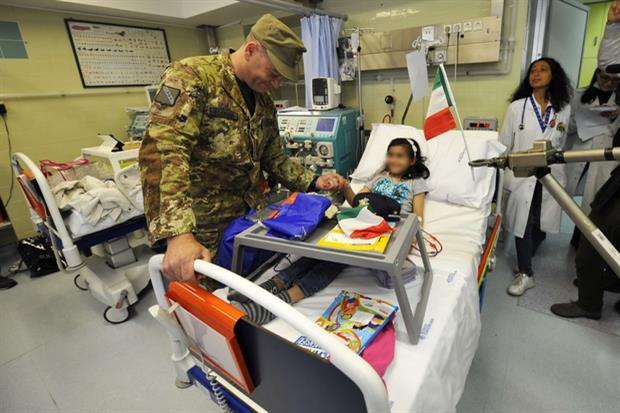 Un militare consegna dei doni a una paziente del Bambino Gesù (Esercito italiano)