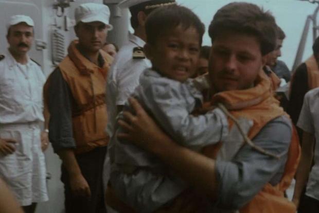 Un marinaio porta in salvo un bambino (Archivio Ufficio Storico della Marina Militare)