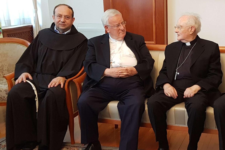 Da sinistra, il provinciale dei francescani Steko, il cardinale Bassetti e l'arcivescovo Hoser