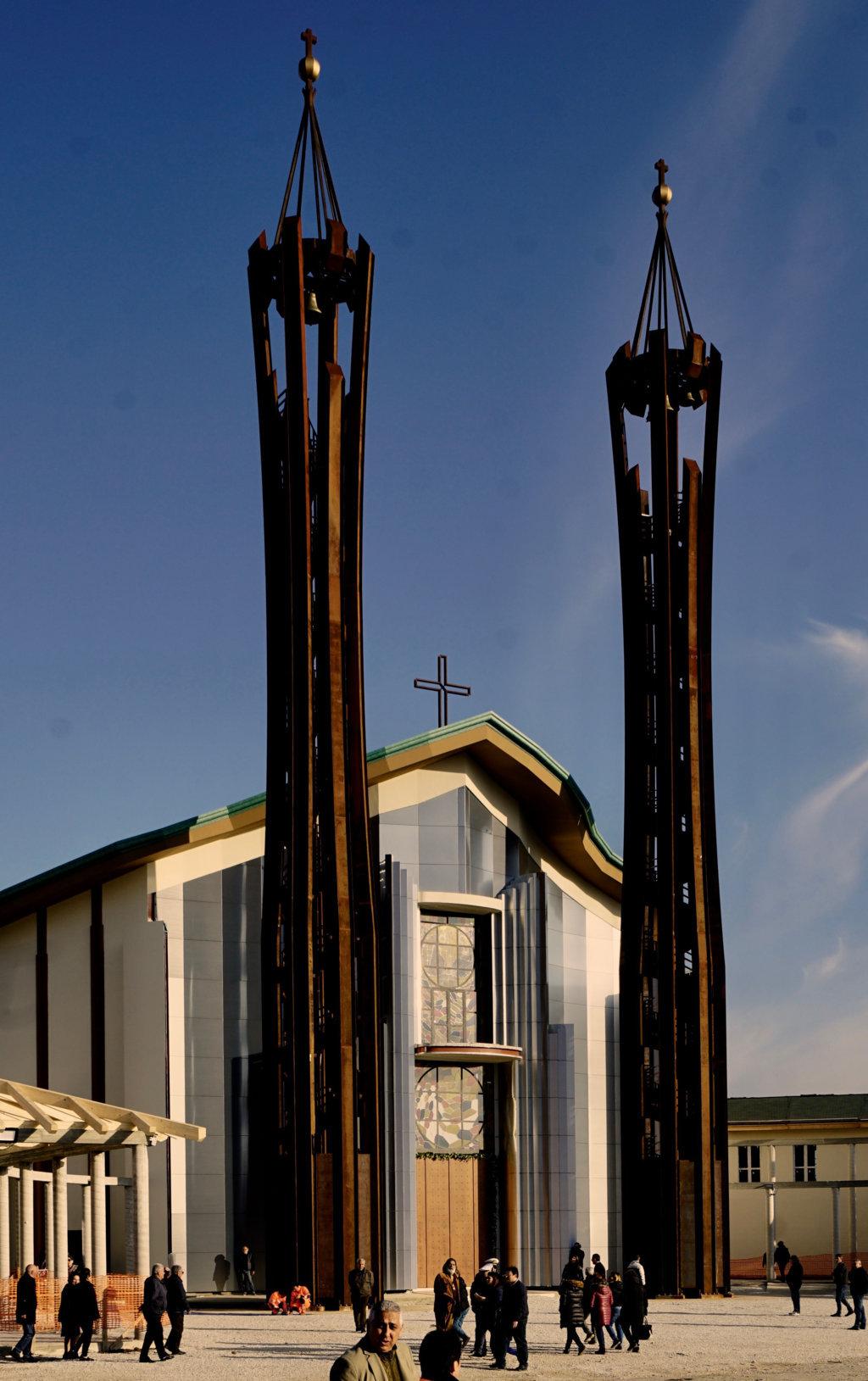 La facciata della concattedrale di Lamezia Terme, progettata da Paolo Portoghesi, con i due campanili in acciaio corten