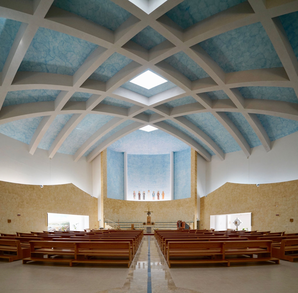 L'interno della concattedrale di Lamezia Terme, progettata da Paolo Portoghesi