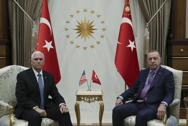 L'incontro tra il vicepresidente americano Pence e il presidente turco Erdogan ad Ankara (Ansa)