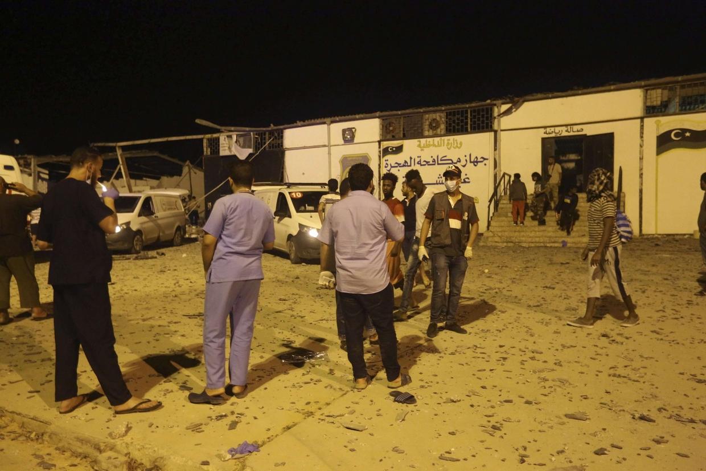 Operatori del centro di detenzione di Tajoura riuniti all'aperto dopo il bombardamento della notte scorsa (Ansa)
