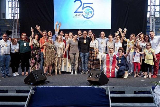 I 25 anni di Nuovi Orizzonti con Chiara Amirante (al centro vestita in grigio)