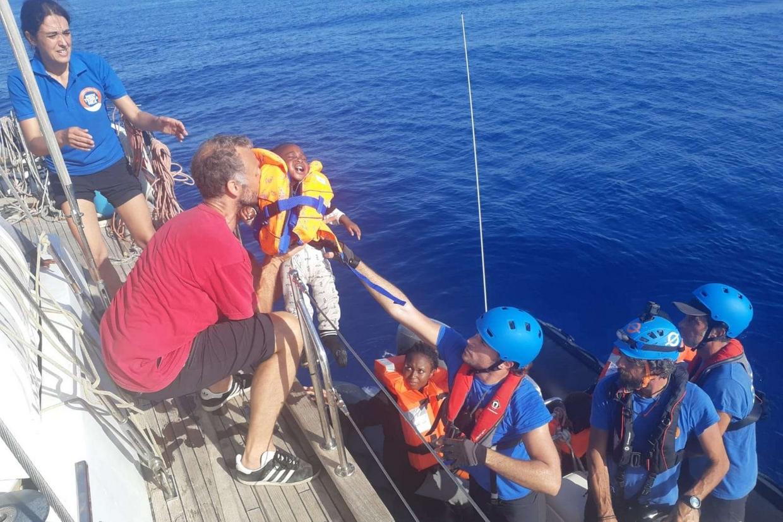 Un momento del salvataggio, ieri in acque internazionali davanti alla Libia, dei 54 migranti: tra loro anche bambini (foto Rescue Mediterranea)
