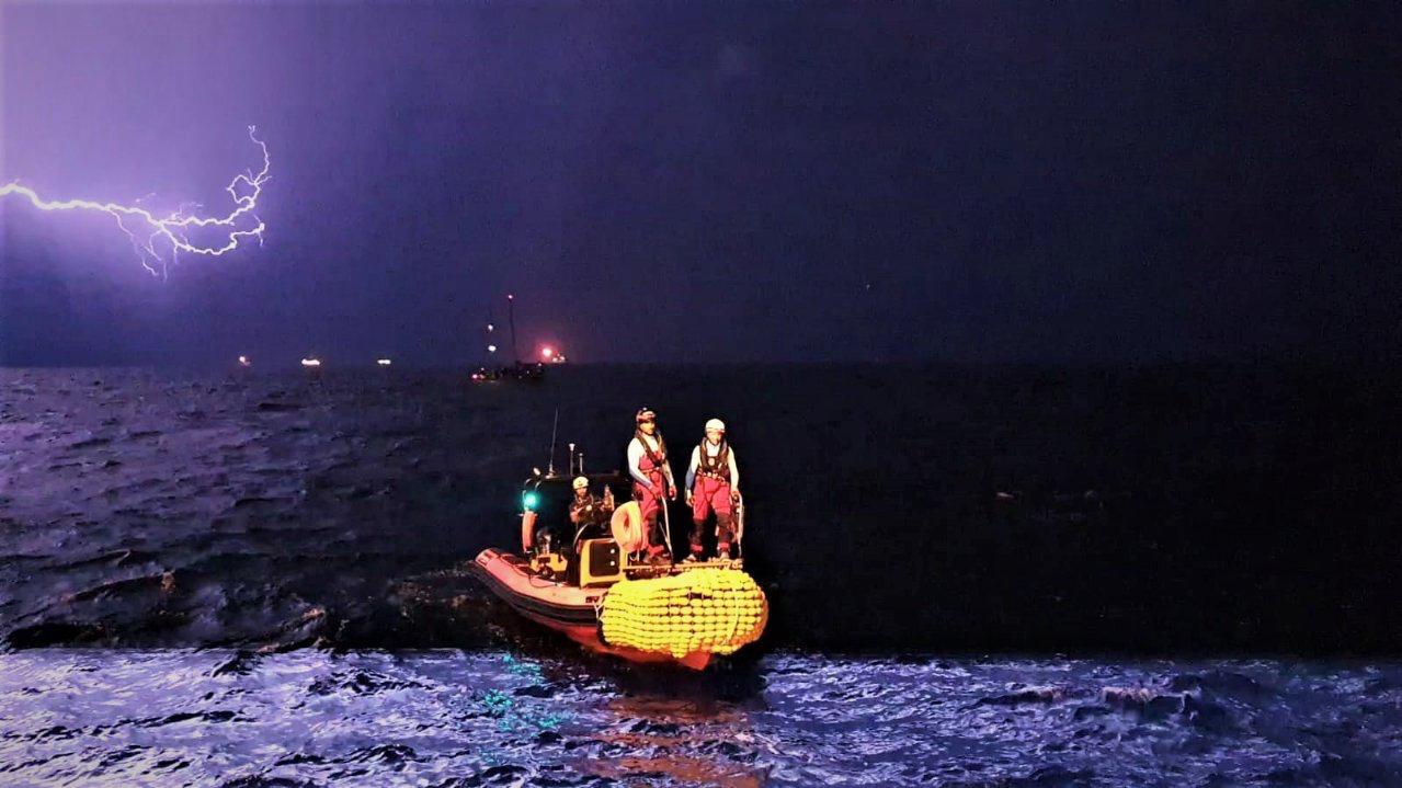 Il trasbordo dalla Josefa a Ocean Viking