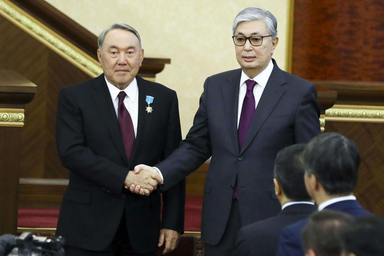 La stretta di mano fra il presidente uscente del Kazakistan, Nursultan Nazarbaev (a sinistra) e il suo successore Kassym-Jomart Tokayev (Ansa)