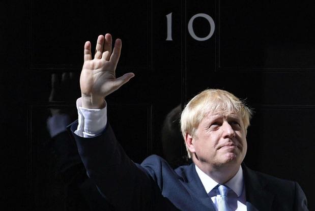 Boris Johnson parla alla nazione davanti a Downing street (Ansa)