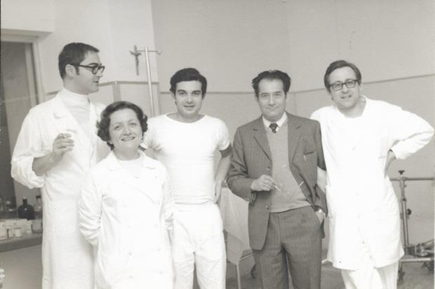 Una giovane Maddalena Focherini tra i colleghi dell'ospedale di Carpi