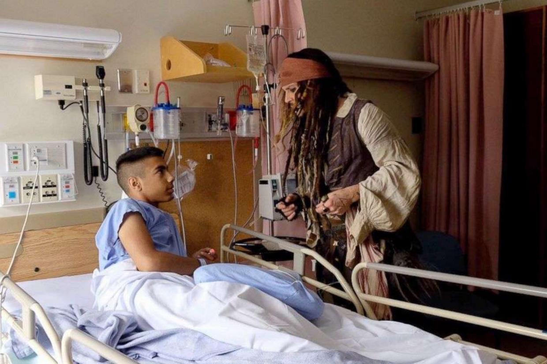 L'attore Johnny Depp nei panni del suo personaggio il pirata Jack Sparrow in un ospedale pediatrico